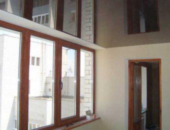 красивый натяжной потолок на балконе