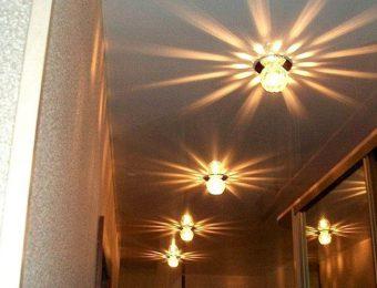 красивый натяжной потолок в коридоре