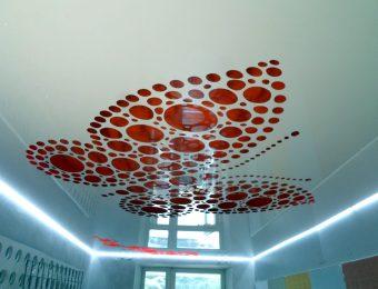 перфорированные натяжные потолки в комнате