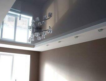серые натяжные потолки с подсветкой